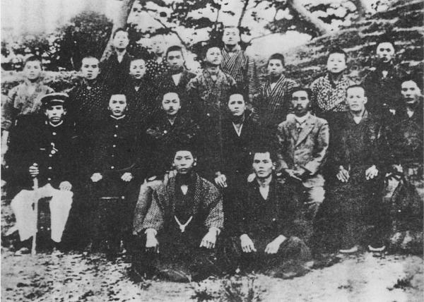 The Okinawa Karate Kenkyū Kurabu: 2nd row from left: Higa Seikō (naha-te), Tabaru Taizō (unknown), Mabuni Kenwa (shuri-te), Miyagi Chōjun (naha-te), Kyoda Jūhatsu (naha-te), Shinzato Jin'an (naha-te), Madanbashi Keiyō (naha-te),  3rd row from left: Azama (later: Nanjō), Suki (naha-te), a certain person, Nakaima Genkai (naha-te), Yagi (unknown), Senaha (later Sakiyama), and Tatsutoku (naha-te). The others are unknown.