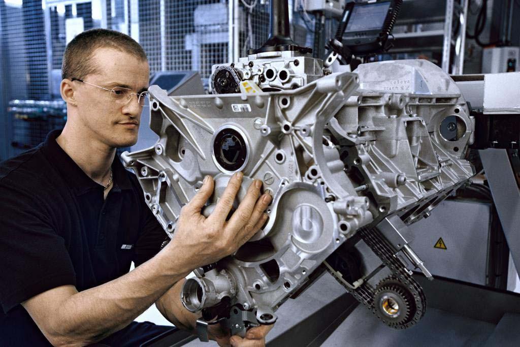 01Worker-Building-AMG-Engine