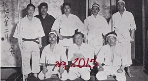 Taira (kneeling left, with Sai) and Yabiku (kneeling, middle) in 1933. Photo from an original edition of Ryūkyū Kobudō Taikan.