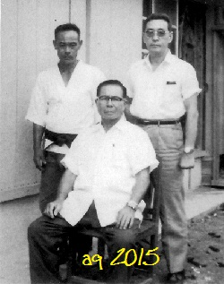Taira (seated) with Akamine Eisuke (left) and Inoue Motokatsu (right). Fom the Inoue edition of Ryūkyū Kobudō Taikan.