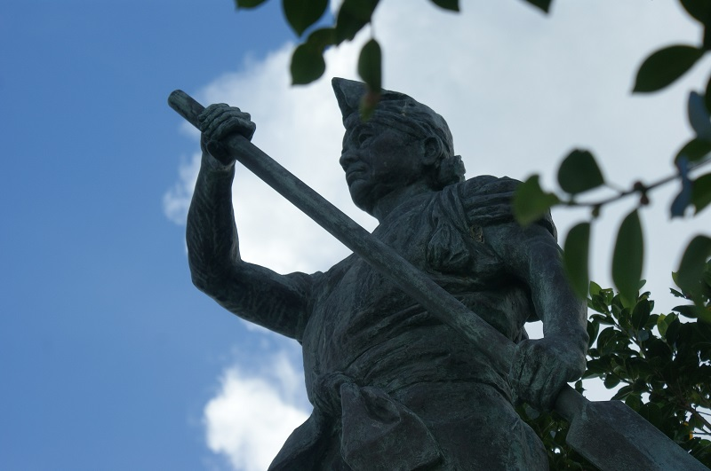 Statue of dragon boat rower. Original photo by the author.